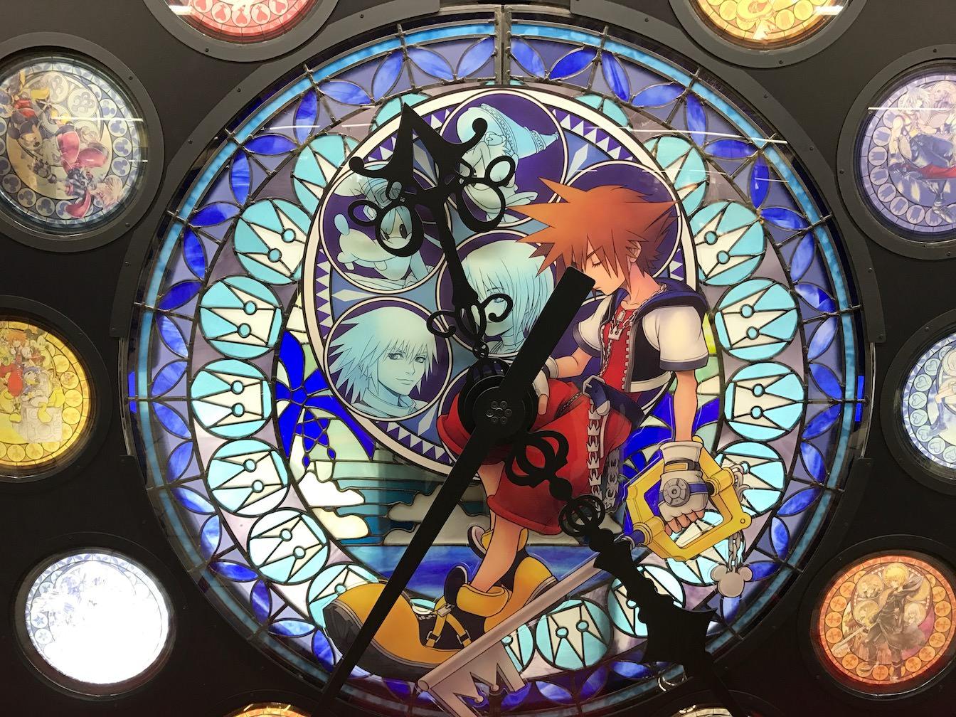 キングダムハーツファン必見 新宿に15周年メモリアルステンドグラスが登場 早速見に行ってきたよ キングダムハーツ15周年 Mirai Stereo